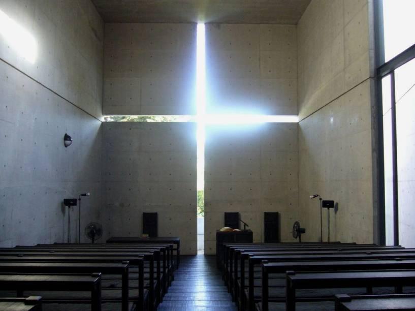 O interior austero da Igreja da Luz é completamente dominado pela cruz vazada na parede, que deixa penetrar um fortemente simbólico facho de luz