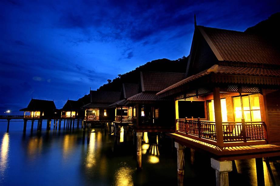 """<strong><a href=""""http://www.booking.com/hotel/my/berjaya-langkawi-beach-spa-resort.pt-br.html?aid=332455&label=viagemabril-hoteisflutuantes"""" rel=""""Berjaya Resort"""" target=""""_blank"""">Berjaya Resort</a> – Langkawi (Malásia)</strong>O resort Berjaya Langkawi, na Malásia, está disposto em 28 hectares de floresta tropical e águas cristalinas do mar Andamão, no Oceano Índico."""