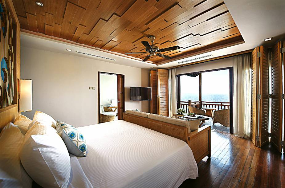 """O <a href=""""http://www.booking.com/hotel/my/berjaya-langkawi-beach-spa-resort.pt-br.html?aid=332455&label=viagemabril-hoteisflutuantes"""" rel=""""resort"""" target=""""_blank"""">resort</a> possui 50 quartos que estão sobre a água ou cravados no meio da floresta. Todos com sacadas privadas"""