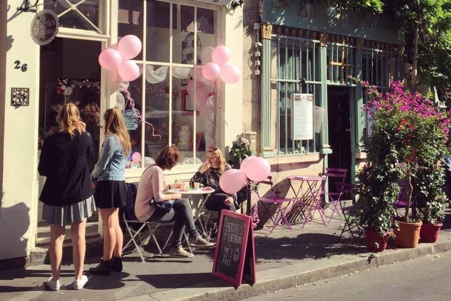 """<strong><a href=""""http://www.bertiescupcakery.com/"""" target=""""_blank"""">Bertie's CupCakery</a>,<a href=""""http://viajeaqui.abril.com.br/cidades/franca-paris"""" target=""""_self"""">Paris</a>,<a href=""""http://viajeaqui.abril.com.br/paises/franca"""" target=""""_self"""">França</a></strong>"""