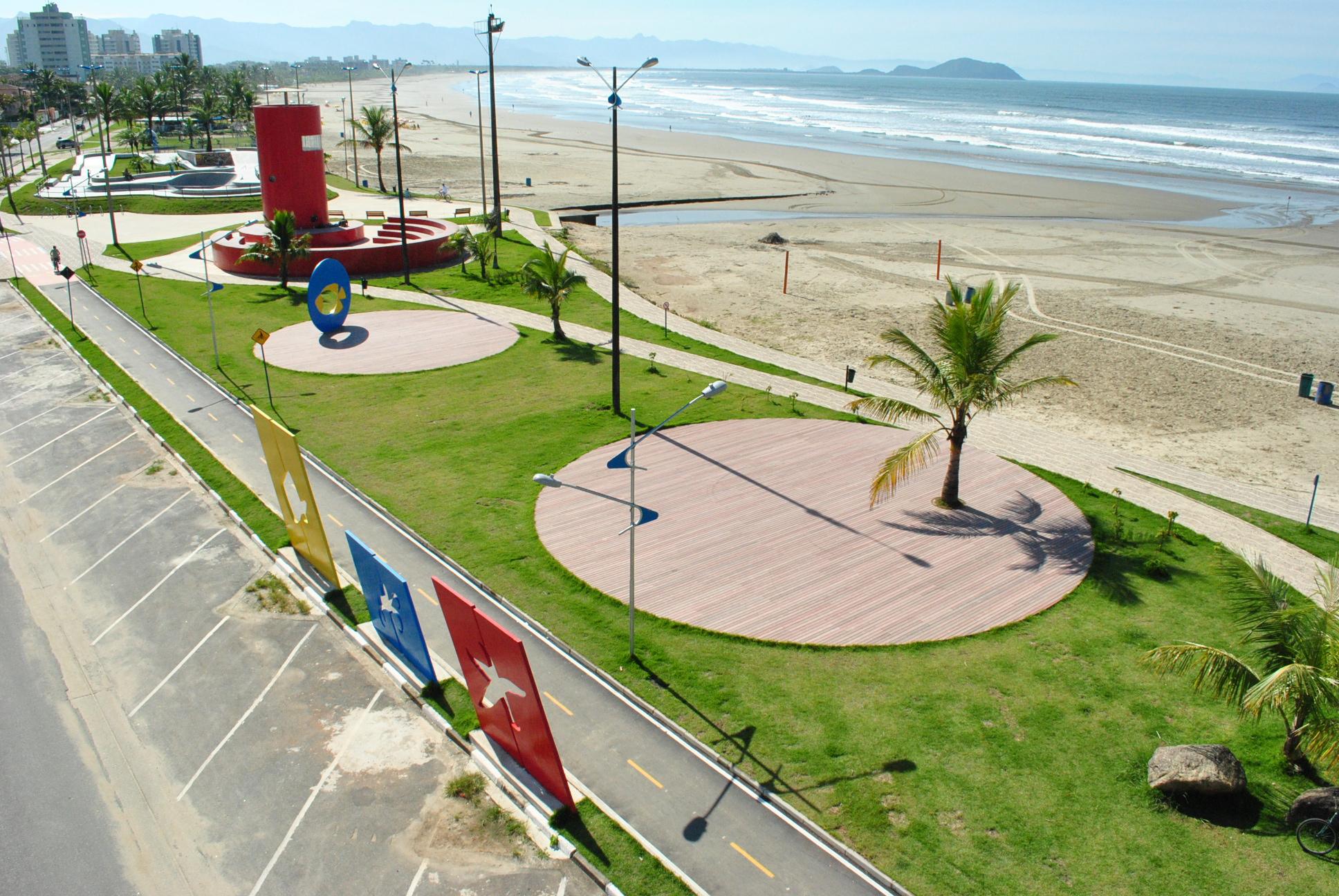 Orla da praia da Enseada de Bertioga, no litoral do estado de São Paulo