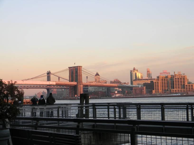 """Outra forma de curtir a explosão colorida do céu nova-iorquino é dando um passio pelo<a href=""""http://viajeaqui.abril.com.br/estabelecimentos/estados-unidos-nova-york-atracao-brooklyn-bridge"""" rel=""""Brooklyn Bridge"""" target=""""_self"""">Brooklyn Bridge</a>"""