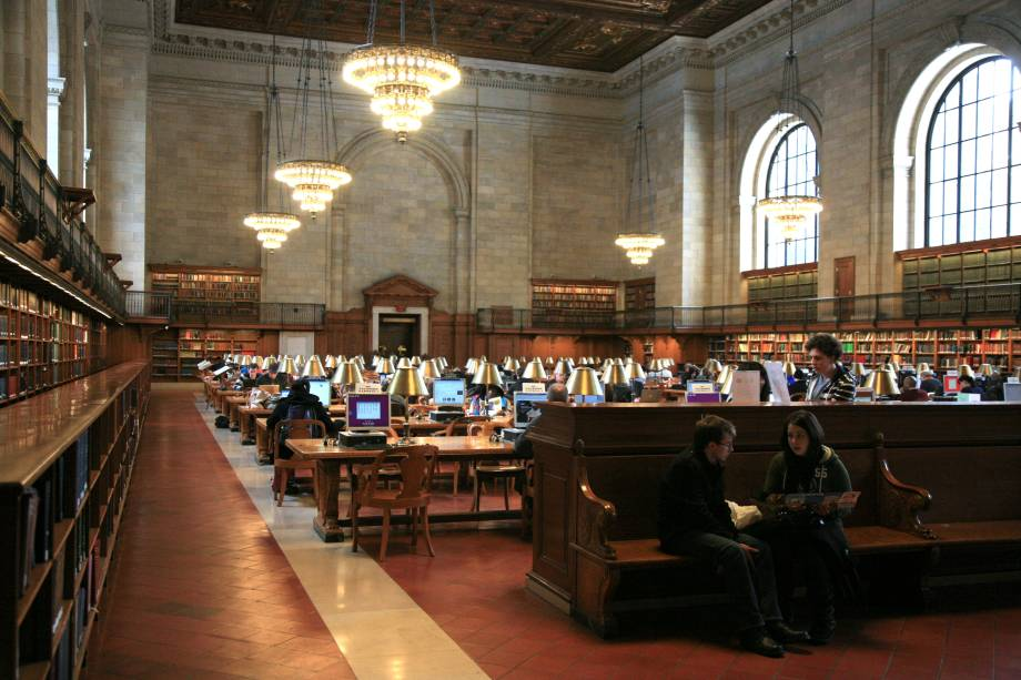 """<strong>3.<a href=""""http://viajeaqui.abril.com.br/estabelecimentos/estados-unidos-nova-york-atracao-ny-public-library"""" rel=""""Biblioteca Pública de Nova York"""" target=""""_blank"""">Biblioteca Pública de Nova York</a></strong>            De arquitetura imponente, o lugar guarda um acervo impressionante, além de pequenas lojinhas. Por aqui, vale a pena fazer uma visita guiada para conhecer a história do lugar e de sua estrutura"""