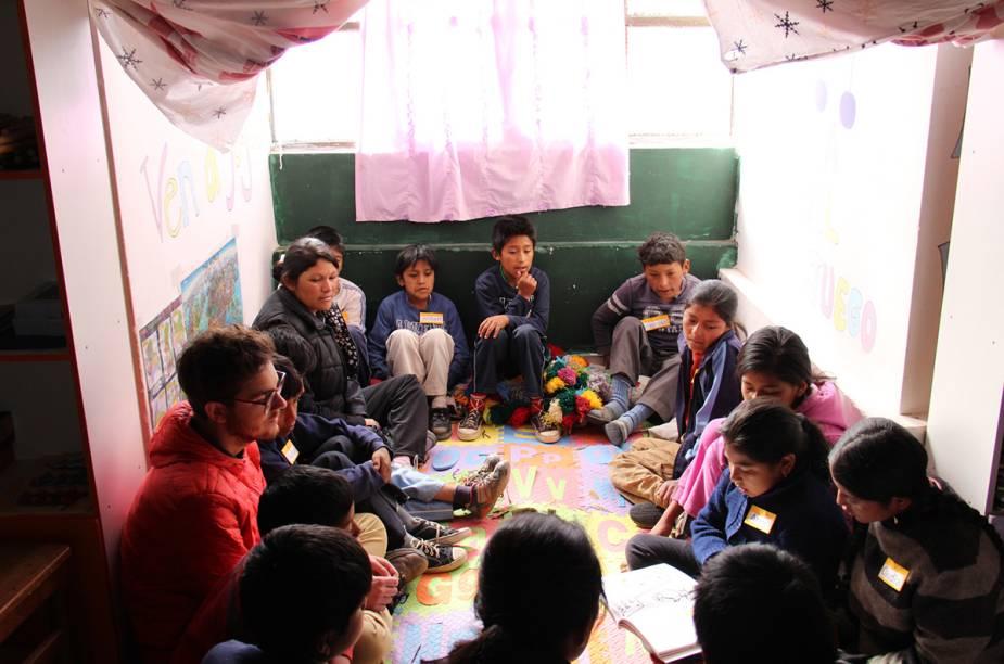 """<strong>ONG Biblioworks - Chuquisaca, <a href=""""http://viajeaqui.abril.com.br/paises/bolivia"""" rel=""""Bolívia"""" target=""""_blank"""">Bolívia</a></strong>            """"A vida se constrói entre a inocência feliz de crianças brincando de pega-pega, conhecendo o mundo """"apenas"""" através dos livros na rua ou abismados, vendo uma câmera fotográfica pela primeira vez e o trabalho pesado de seus pais, que deixa marcas de exaustão no corpo, no olhar e até na alma. É impossível não se abalar ao chegar mais perto."""""""