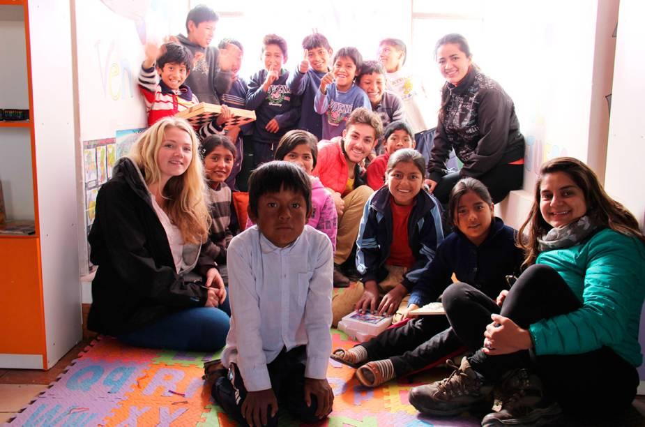 """<strong>ONG Biblioworks - Chuquisaca, <a href=""""http://viajeaqui.abril.com.br/paises/bolivia"""" rel=""""Bolívia"""" target=""""_blank"""">Bolívia</a></strong>            A ONG Biblioworks, na Bolívia, até agora foi o trabalho mais marcante para Marcelo e Tainá: """"Trabalhamos nessa ONG que implementa bibliotecas em áreas rurais do estado de Chuquisaca, na Bolívia. Acostumados com uma cidade que não dorme, com milhares de pessoas andando apressadas na rua e com a abundância cultural pulsante de São Paulo, chegar nesses pequenos povoados é uma experiência feliz e sofrida simultaneamente"""""""