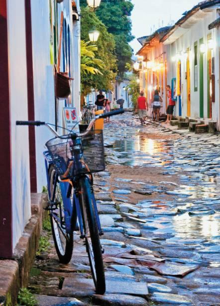Rua do Centro Histórico com casario e calçamento tipicamente coloniais de Paraty