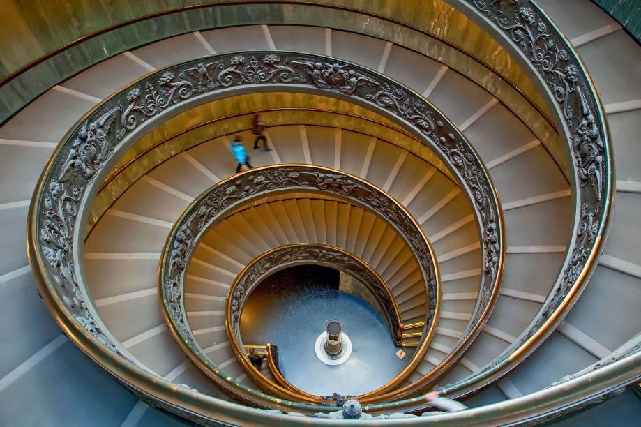 """A obra-prima barroca do arquiteto Giuseppe Momo é um hit no Instagram e no Flickr – embaixo, no meio ou (principalmente) no topo, é quase impossível fazer uma foto ruim da estrutura em dupla-hélice, adornada com relevos de bronze e iluminada com capricho. Finalizada em 1932, foi feita sob encomenda do papa Pio 11 para acrescentar mais uma joia arquitetônica às muitas dos <a href=""""http://viajeaqui.abril.com.br/estabelecimentos/italia-roma-atracao-museus-do-vaticano"""" target=""""_blank"""">Museus do Vaticano</a>."""