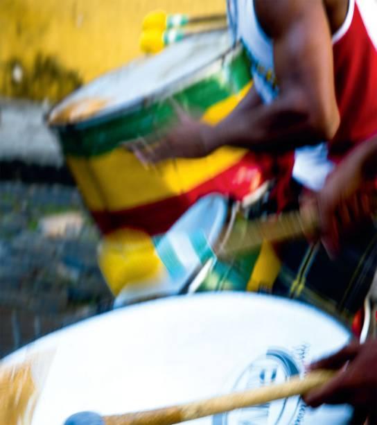 """Bloco afro nas ruas do <a href=""""http://viajeaqui.abril.com.br/estabelecimentos/br-ba-salvador-atracao-pelourinho"""" rel=""""Pelourinho"""" target=""""_blank"""">Pelourinho</a>"""
