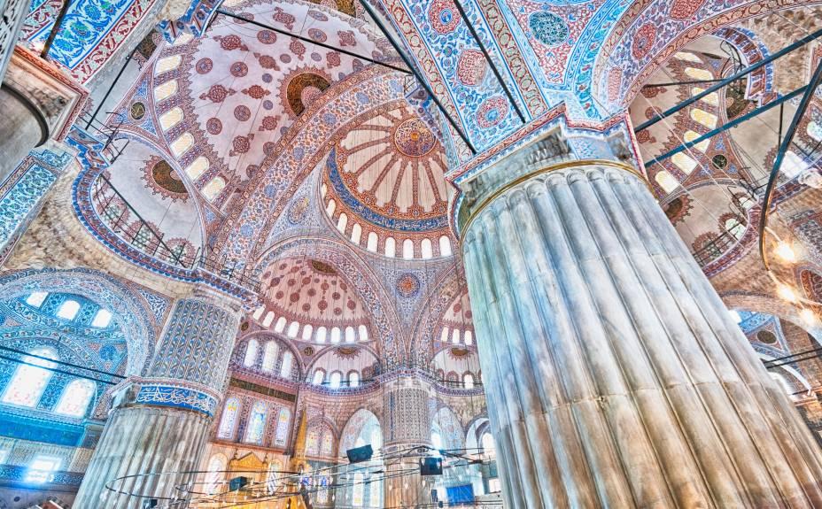 Construída de 1609 a 1616, sua beleza principal está nos detalhes caligráficos e de mosaicos azuis de seu interior. São mais de 20 mil azulejos azuis decorando as paredes da mesquita. É um monumento coberto enorme, com 5 cúpulas principais, 8 secundárias e seis minaretes. À sua frente está a famosa Basílica de Santa Sofia, que foi construída para ser uma igreja, utilizada como mesquita e hoje restaurada como museu que exibe os elementos cristãos e islâmicos do monumento. Construída depois, a mesquita do sultão Ahmed incorpora elementos bizantinos inspirados na Santa Sofia com arquitetura otomana