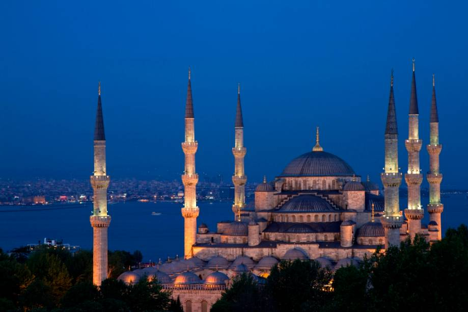 """<strong>Mesquita Azul, <a href=""""http://viajeaqui.abril.com.br/cidades/turquia-istambul"""" rel=""""Istambul"""" target=""""_blank"""">Istambul</a>, Turquia</strong><br />        O estilo arquitetônico otomano chegou ao seu ápice com a Cami Sultão Ahmed (1617), um grande aperfeiçoamento técnico das cúpulas de <a href=""""http://viajeaqui.abril.com.br/estabelecimentos/turquia-istambul-atracao-santa-sofia"""" rel=""""Hagia Sofia"""" target=""""_blank"""">Hagia Sofia</a>, acrescido de seis dramáticos minaretes. Projetada por Mehmed Agha, é popularmente conhecida como <a href=""""http://viajeaqui.abril.com.br/estabelecimentos/turquia-istambul-atracao-mesquita-azul"""" rel=""""Mesquita Azul"""" target=""""_blank"""">Mesquita Azul</a>"""