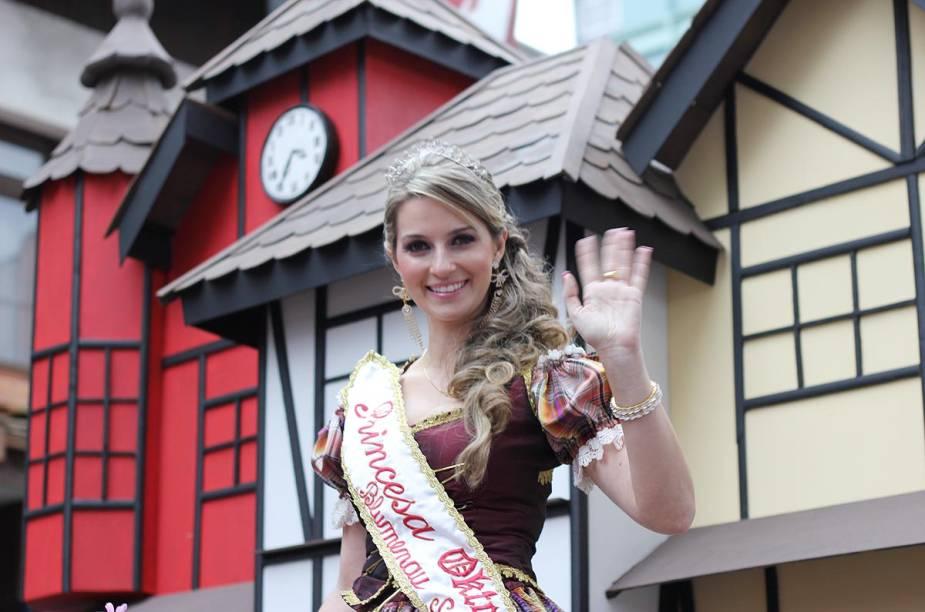 """Princesa<a href=""""http://viajeaqui.abril.com.br/estabelecimentos/br-sc-blumenau-atracao-oktoberfest"""" rel=""""Oktoberfest"""" target=""""_blank"""">Oktoberfest</a>2011 acena para o público durante desfile"""
