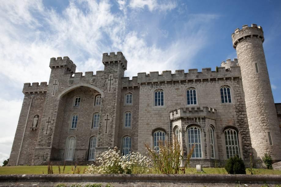 O Castelo Bodelwyddan foi construído no século e é célebre por conta de seus jardins e das histórias sobre seus fantasmas