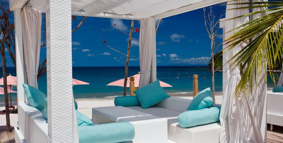 """<strong><a href=""""https://www.thebodyholiday.com"""" rel=""""The BodyHoliday"""" target=""""_blank"""">The BodyHoliday</a> – Santa Lúcia </strong>Um resort-spa fitness de luxo localizado em uma praia particular da pequena ilha-país Santa Lúcia. Quartos enormes com vista pro mar azul caribenho, refeições nos cinco restaurantes do complexo acompanhadas de drinks e vinhos, tratamentos de pele, cabelo e corpo no spa, passeios de bicicleta e mergulho na bela costa de Santa Lúcia, aulas de ioga, tênis e golfe são alguns dos diversos luxos incluídos na diária – isso sem contar as belezas naturais do lugar, que já fariam a viagem valer a pena<a href=""""http://www.booking.com/hotel/lc/the-body-holiday.pt-br.html?aid=332455&label=viagemabril-resortscaribeallinclusive"""" rel=""""Reserve a sua hospedagem nesse resort através do Booking.com"""" target=""""_blank""""><em>Reserve a sua hospedagem nesse resort através do Booking.com</em></a>"""