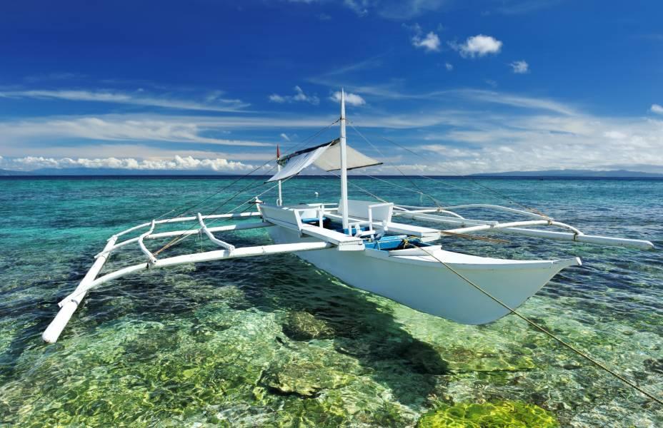 A ilha de Bohol está no centro do arquipélago das Filipinas, e além de ter praias exuberantes, o seu interior também é peculiar. Os moradores têm uma cultura própria, consolidada, e as paisagens naturais de colinas de calcáriofazem parte das atrações turísticasnão-litorâneas