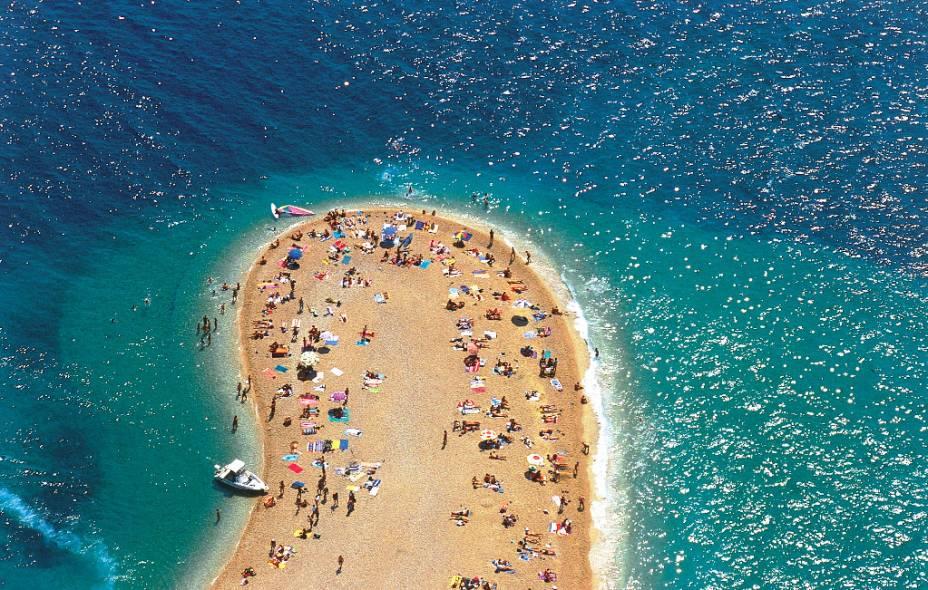 """Detalhe da ponta da praia de Zlati Rat, uma pequena península de areia na ilha de Brač, perto da cidade de Bol    <a href=""""http://www.booking.com/city/hr/bol.pt-br.html?aid=332455&label=viagemabril-croacia"""" rel=""""Veja preços de hotéis próximos à praia de Zlatni Rat no Booking.com"""" target=""""_blank"""">Veja preços de hotéis próximos à praia de Zlatni Rat no Booking.com</a>"""