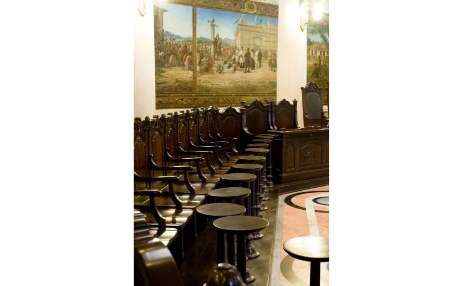Além das cadeiras para os negociadores, havia também uma pequena mesa a frente de cada uma delas, onde eles podiam conferir o café que queriam comprar