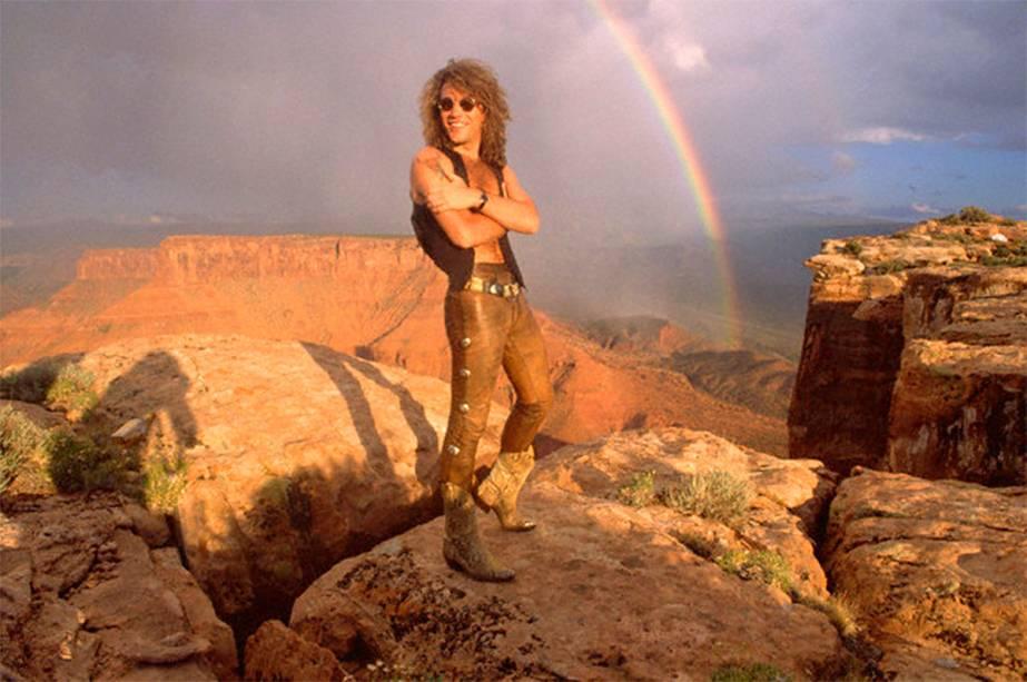 """<strong>1. <a href=""""http://www.youtube.com/watch?v=MfmYCM4CS8o"""" rel=""""Bon Jovi - Blaze of Glory"""" target=""""_blank"""">Bon Jovi - Blaze of Glory</a> - Deserto de Moab, Utah, <a href=""""http://viajeaqui.abril.com.br/paises/estados-unidos"""" rel=""""Estados Unidos"""" target=""""_self"""">Estados Unidos</a> </strong>                    Cabelão ao vento, peitoral à mostra: Jon Bon Jovi era o sonho de consumo de nove entre dez adolescentes dos anos 80/90 – e continua com esse sex appeal até os dias de hoje. O álbum homônimo da banda, lançado em 1990, vendeu mais de duas milhões de cópias só nos Estados Unidos e ganhou duas platinas. <strong><a href=""""http://www.youtube.com/watch?v=MfmYCM4CS8o"""" rel=""""Assista aqui"""" target=""""_blank"""">Assista aqui</a></strong>                    <em><a href=""""http://www.booking.com/city/us/moab.pt-br.html?sid=efe6c9de408bb8d78e20e017e616e9f8;dcid=1?aid=332455&label=viagemabril-locacoes-de-videoclipes"""" rel=""""Veja preços de hotéis em Moab no Booking.com"""" target=""""_blank"""">Veja preços de hotéis em Moab no Booking.com</a></em>"""