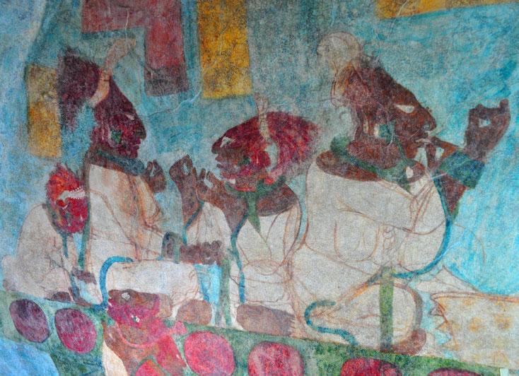 """<strong>Bonampak</strong><br />O primeiro governante de que se tem registro foi Pájaro Jaguar, que já liderava seu povo por volta do ano 400 d.C. Em seguida, Cara de Pez assumiu em seu lugar e manteve o poder por um longo período. As inscrições mencionam também Jaguar Ojo-anudado (516 anos d. C.), Chaan Muan I (603 anos d. C.) e Ahau (683 anos d. C.). Bonampak alcança seu esplendor sob o governo de Jaguar Ojo-anudado II, que subiu ao trono em 743 d. C. Seu último governante conhecido foi Chaan Muan II, que assumiu o controle da cidade em 776 d. C. Graças às pinturas e também, claro, às inscrições gravadas nas estelas, Bonampak nos conta uma rica e detalhada história. As pinturas mostram, por exemplo, os preparativos para uma batalha e a sequência de eventos que acompanham os auto-sacrifícios promovidos pelos governantes. Também mostram o desenrolar das guerras e o destino dos prisioneiros. Entenda o significado das <strong><a href=""""http://www.inah.gob.mx/images/stories/Multimedia/Interactivos/bonampak/index.html"""" rel=""""pinturas maias"""" target=""""_blank"""">pinturas maias</a></strong>"""