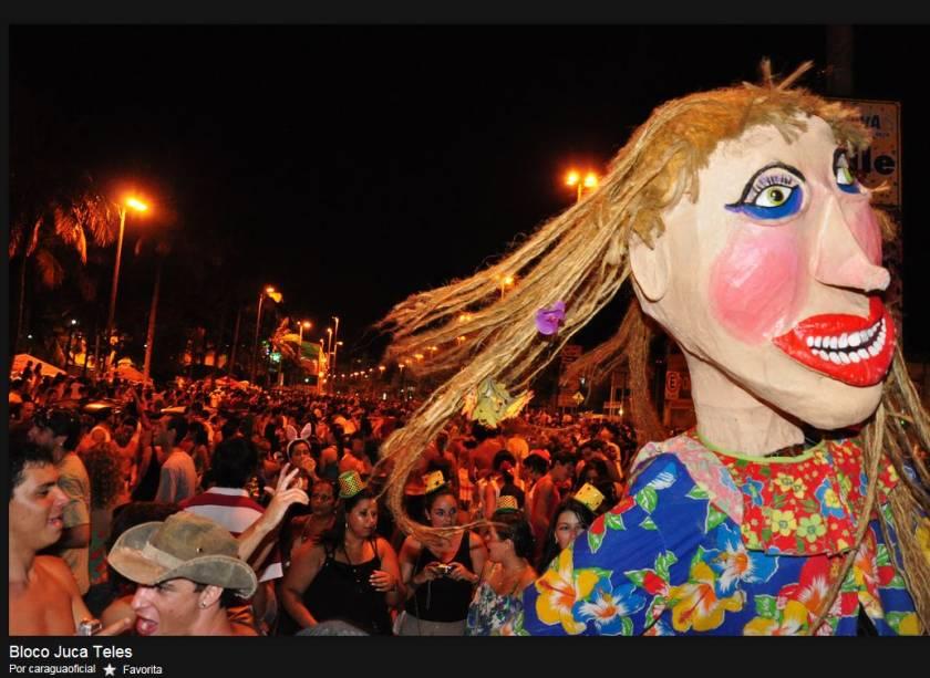 Bonecões gigantes do Bloco Juca Teles desfilam em São Luiz do Paraitinga
