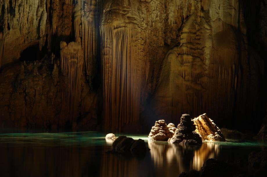 """<strong>Bonito (MS)</strong><a href=""""http://viajeaqui.abril.com.br/cidades/br-ms-bonito""""><strong> </strong></a> Um dos melhores destinos de ecoturismo do Brasil também pode ser muito romântico se o casal for fã de esportes na natureza. A região é, sem dúvidas, a melhor para o mergulho fluvial no Brasil, com piscinas de águas cristalinas, peixes de todas as cores e cavernas cobertas de água que escondem tesouros naturais impressionantes (como o Abismo Anhumas, na foto). Bonito também abriga diversas cachoeiras, trilhas espetaculares e pontos para observação de pássaros. Se não bastasse tudo isso, há uma boa oferta de restaurantes, com peixes do Pantanal, carne de jacaré e cachaças artesanais. <a href=""""https://www.booking.com/searchresults.pt-br.html?aid=332455;sid=14fcbdfa23db223e04a3ec34ecada6b2;city=-640395;class_interval=1;dest_id=-630754;dest_type=city;dtdisc=0;group_adults=2;group_children=0;inac=0;index_postcard=0;label_click=undef;no_rooms=1;offset=0;postcard=0;qrhpp=a3f1576746c4dbeb9675d7dfe77a9768-city-0;room1=A%2CA;sb_price_type=total;search_selected=0;src=searchresults;src_elem=sb;ss=bonito;ss_all=0;ssb=empty;sshis=0;origin=search;srpos=1"""" target=""""_blank"""" rel=""""noopener""""><em>Busque hospedagens em Bonito</em></a>"""