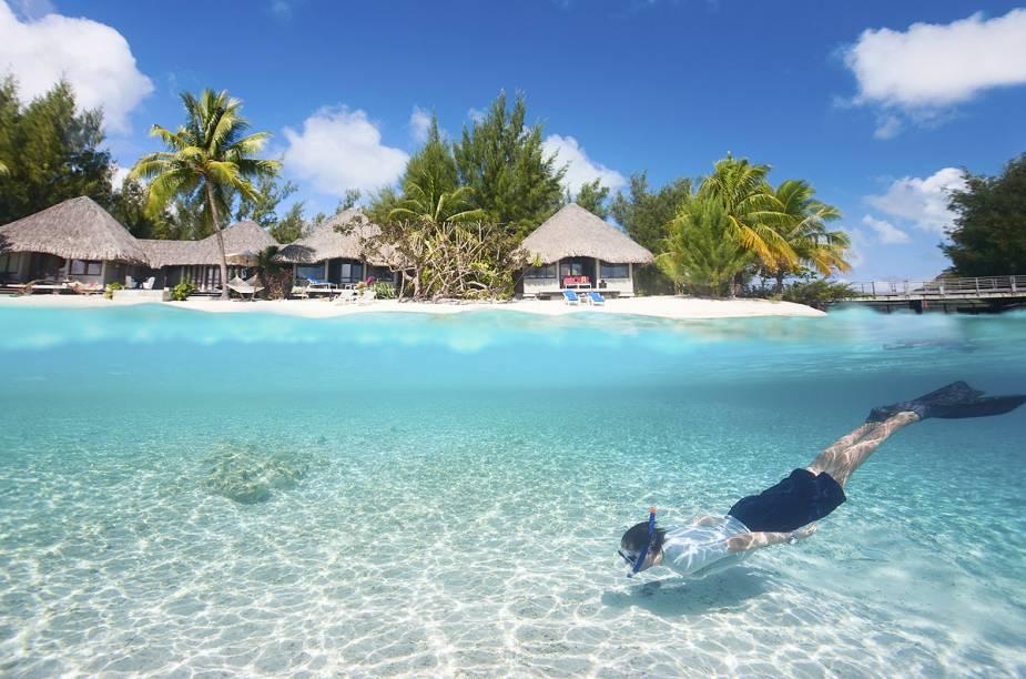 """<a href=""""http://viajeaqui.abril.com.br/paises/polinesia-francesa"""" rel=""""Polinésia Francesa"""" target=""""_blank""""><strong>Polinésia Francesa</strong></a>                                                        Espalhado pelo Pacífico Sul e hoje território ultramarino da França, o arquipélago da Polinésia Francesa representa o sonho de férias de muita gente. Isolado do resto do mundo (o continente mais próximo, a Oceania, está a cerca de 6 mil km de distância), o destino é um lugar perfeito para curtir praias de areia branca banhadas por águas marinhas rasas e translúcidas."""