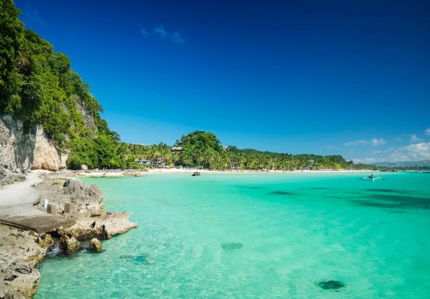 """<strong>Boracay, Filipinas</strong>    A Ilha Boracay é um dos destinos mais procurados por turistas que visitam o país. O motivo: ela é considerada uma das mais belas do continente asiático, com um mar de um azul impressionante. Ou seja: prepare-se para encontrar bons hotéis e resorts por aqui    <em><a href=""""http://www.booking.com/city/ph/boracay.pt-br.html?aid=332455&label=viagemabril-praias-da-malasia-tailandia-indonesia-e-filipinas"""" rel=""""Veja preços de hotéis em Boracay no Booking.com"""" target=""""_blank"""">Veja preços de hotéis em Boracay no Booking.com</a></em>"""