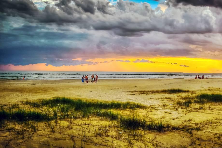 <strong>Boraceia</strong> Os 8 km de extensão da praia são divididos pelo Rio Parateus (metade pertence a Bertioga). A areia, escura e compacta, é boa para esportes. Uma trilha, no canto esquerdo, leva a duas pequenas praias.