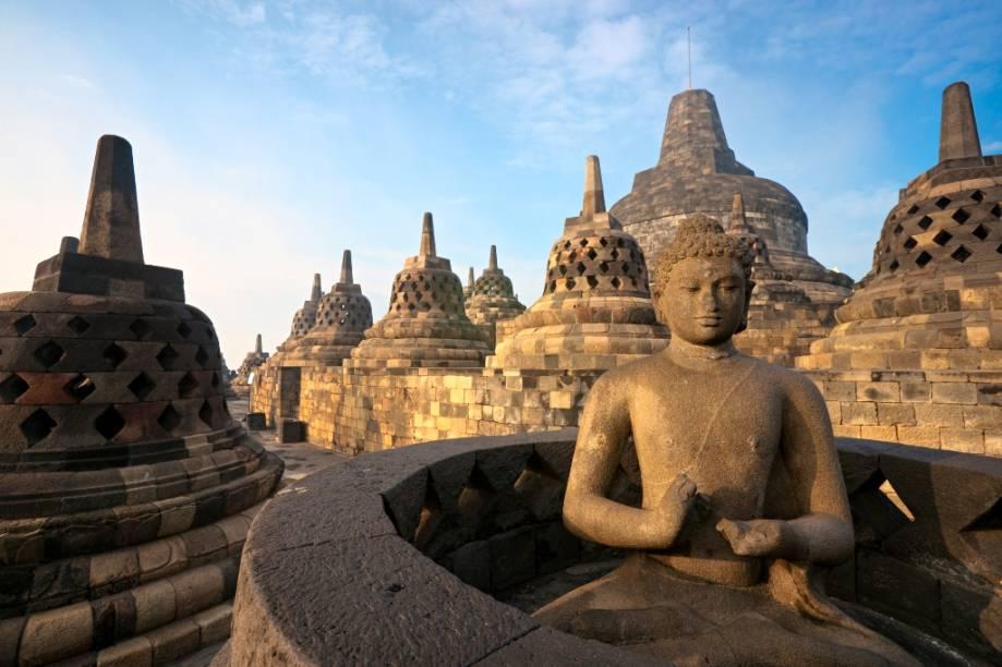 O templo budista de Borobodur, próximo a Yogyakarta, foi construído no século 9. Em seus terraços se encontram 72 pagodes de pedra, cada um contendo uma imagem de Buda. Esquecido por séculos, foi redescoberto no século 19 e posteriormente declardo patrimônio da humanidade