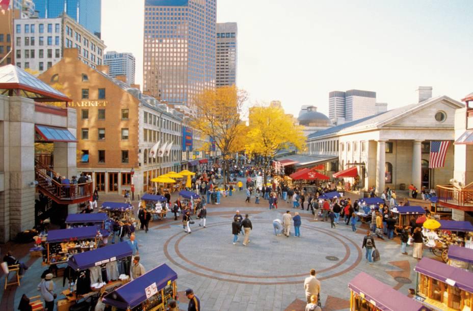 """<a href=""""http://viajeaqui.abril.com.br/cidades/estados-unidos-boston"""" rel=""""Boston, EUA""""><strong>Boston, EUA</strong></a> -Segundo o guia Frommers, Boston, no estado americano de Massachusetts, é a oitava melhor cidade do mundo para se deslocar a pé. Seus bairros mais tranquilos são Haymarket, Bay Village e Chinatown. Por ser cercada de colinas, Boston proporciona uma bela paisagem para quem mora ou visita a cidade. Na foto, o Quincy Market"""