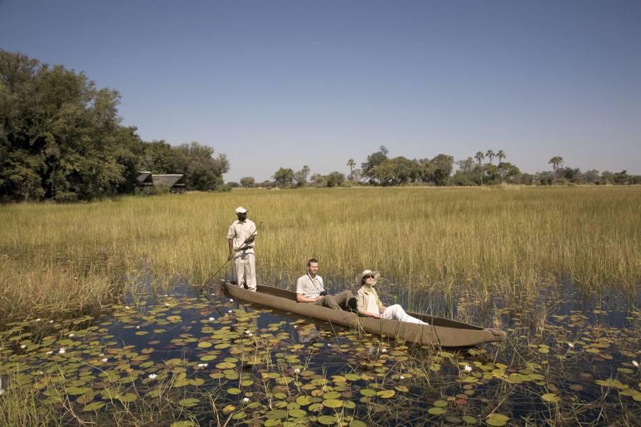 Passeio de canoa na região da ilha de Xaxaba,no delta do Okavango, Botsuana, África.