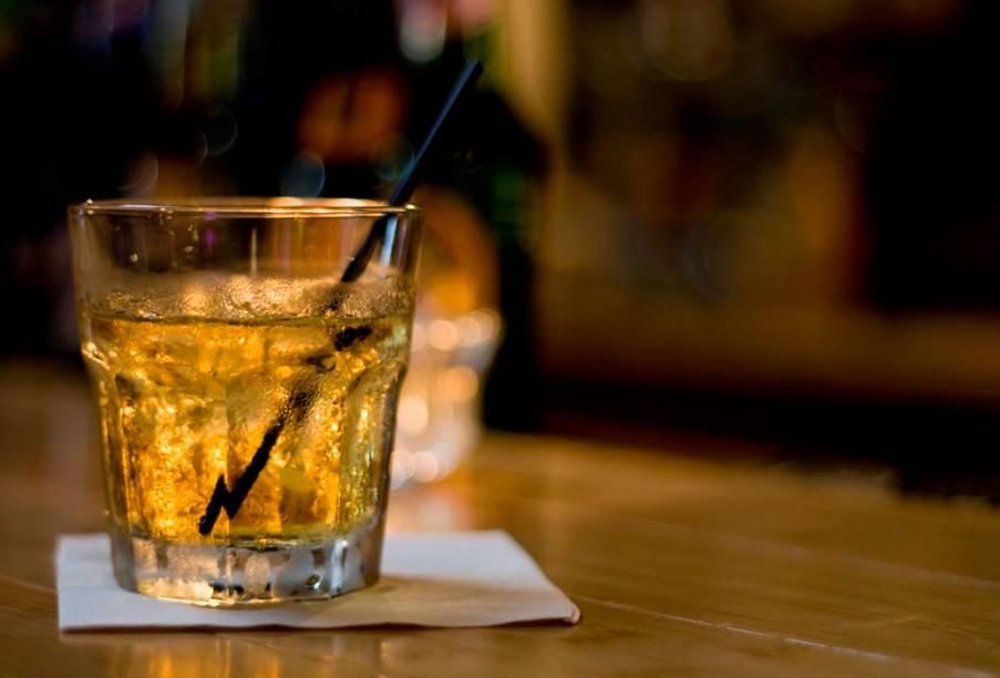 """<strong>Bourbon </strong><strong>–</strong><strong> <a href=""""http://viajeaqui.abril.com.br/paises/estados-unidos"""" rel=""""Estados Unidos"""" target=""""_blank"""">Estados Unidos</a></strong><br />    O whiskey americano é feito primariamente de grãos de milho e envelhecido em barris novos de carvalho até adquirir a característica cor âmbar. São múltiplas as formas de apreciá-lo: puro, <em>on the rocks </em>ou em drinks clássicos como o <strong>Manhattan </strong>e o <strong>Old Fashioned</strong>. Apesar de sua origem no estado do Kentucky, o Bourbon é produzido em todo o país e até mesmo no <strong><a href=""""http://viajeaqui.abril.com.br/paises/canada"""" rel=""""Canadá"""" target=""""_blank"""">Canadá</a></strong>.<br />    <strong>Teor alcoólico médio:</strong> 40%"""