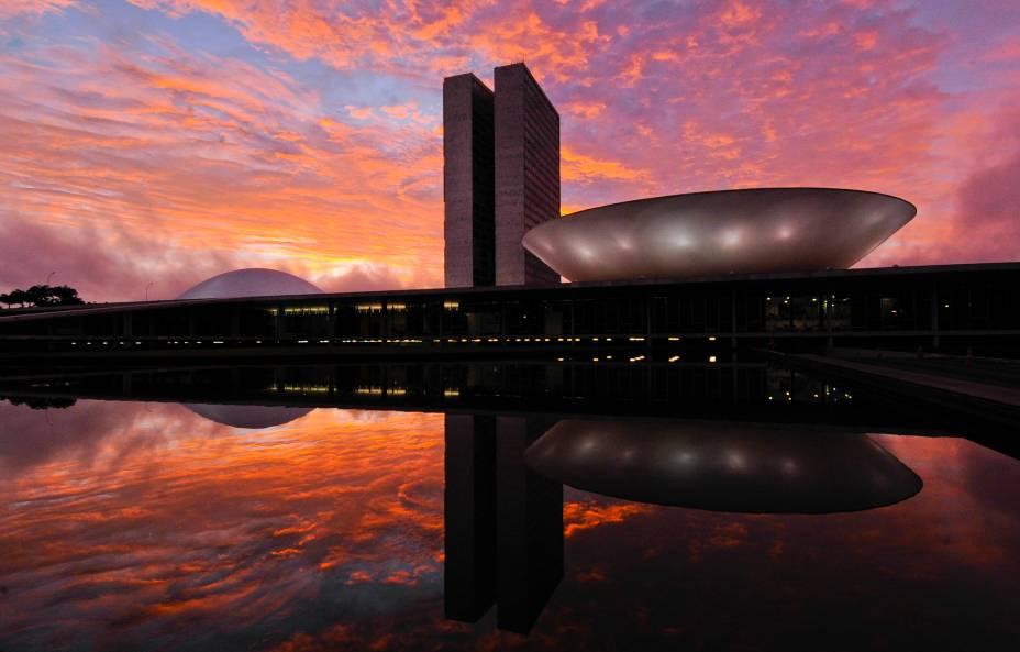 """<strong>Brasília, Distrito Federal</strong> Tombada como Patrimônio Cultural da Humanidade em 1987, a cidade é, segundo a Unesco, um divisor de águas na história do planejamento urbano. Esse """"exemplo definitivo de ubarnismo modernista do século 20"""" foi fundado em21 de abril de 1960, tem o plano piloto idealizado porLucio Costa e os edifícios arquitetados por Oscar Niemeyer. A ideia do presidente da época, Juscelino Kubitschek, era de criar do zero uma nova capital para o Brasil, e transferir os três poderes da República para aquele pedaço de planalto no meio do cerrado brasileiro. O planejamento urbanístico de Lúcio Costa previa 500 mil habitantes no ano 2000, mas a cidade hoje comporta mais de 2 milhões de habitantes - o que a deixa com sérios problemas, como de trânsito carregado e alto custo de vida - e, além disso, gerou uma criação de cidades-satélites ao redor da capital, construídas sem planejamento urbano e que hoje apresentam altos índices de violência. <a href=""""https://www.booking.com/searchresults.pt-br.html?aid=332455&sid=605c56653290b80351df808102ac423d&sb=1&src=index&src_elem=sb&error_url=https%3A%2F%2Fwww.booking.com%2Findex.pt-br.html%3Faid%3D332455%3Bsid%3D605c56653290b80351df808102ac423d%3Bsb_price_type%3Dtotal%26%3B&ss=Bras%C3%ADlia%2C+Distrito+Federal%2C+Brasil&checkin_monthday=&checkin_month=&checkin_year=&checkout_monthday=&checkout_month=&checkout_year=&no_rooms=1&group_adults=2&group_children=0&b_h4u_keep_filters=&from_sf=1&ss_raw=Bras%C3%ADlia&ac_position=0&ac_langcode=xb&dest_id=-631243&dest_type=city&iata=BSB&place_id_lat=-15.793581&place_id_lon=-47.883696&search_pageview_id=2d1580f738090188&search_selected=true&search_pageview_id=2d1580f738090188&ac_suggestion_list_length=5&ac_suggestion_theme_list_length=0"""" target=""""_blank"""" rel=""""noopener""""><em>Busque hospedagens emBrasília</em></a>"""