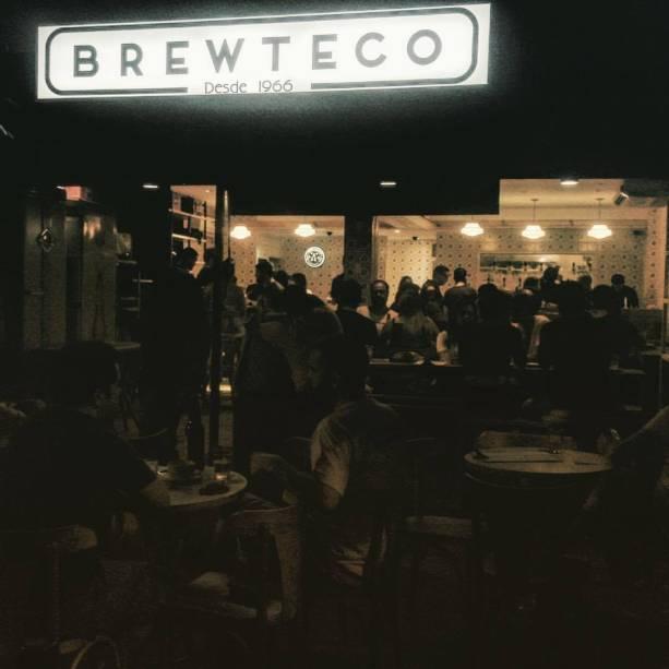 """<strong>PARA CURTIR O PÓS-PRAIA</strong> <strong><a href=""""https://brewteco.com.br/"""" target=""""_blank"""" rel=""""noopener"""">Brewteco Barra</a> </strong>Se o deboche bem-humorado é típico dos cariocas, o trocadilho que dá nome à casa (""""brew"""" significa fermentar, em inglês) tem a cara do <a href=""""http://viajeaqui.abril.com.br/cidades/br-rj-rio-de-janeiro"""" target=""""_blank"""" rel=""""noopener"""">Rio</a>. O primeiro Brewteco nasceu em 2013 como um neo-pé-sujo fincado na Rua Dias Ferreira, no Leblon – pequeno e com uma geladeira cheinha de cervejas especiais. Em 2016, ganhou uma nova unidade no Jardim Oceânico, trecho menos megalomaníaco da Barra, com prédios baixos e comércio de rua. Além de mais espaçosa, a filial tem 21 torneiras de chope, quase todas elas engatadas em barris de fabricantes artesanais do estado do Rio <em>Av. Olegário Maciel, 231 (Barra da Tijuca), (21) 3986-1012</em>"""