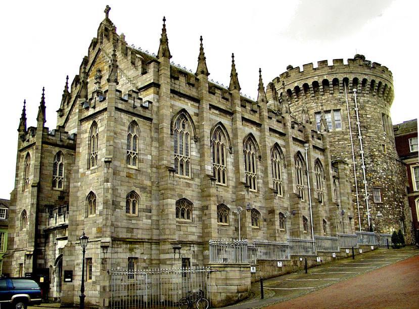 """O Castelo de <a href=""""http://viajeaqui.abril.com.br/cidades/irlanda-dublin"""" rel=""""Dublin"""">Dublin</a>, localizado na capital, foi a sede do governo britânico até a década de 1920. Hoje, é um dos grandes pontos turísticos da cidade, além de abrigar conferências"""