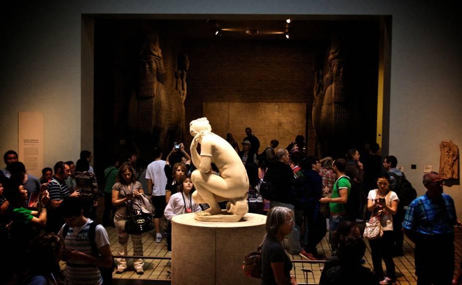 """<strong>4. <a href=""""http://www.britishmuseum.org/"""" rel=""""British Museum"""" target=""""_blank"""">British Museum</a></strong>Uma visita pelo <strong><a href=""""http://viajeaqui.abril.com.br/estabelecimentos/reino-unido-londres-atracao-british-museum"""" rel=""""Museu Britânico """" target=""""_blank"""">Museu Britânico</a></strong> é obrigatória em qualquer lista de atrações na capital inglesa. Com um acervo de mais de 13 milhões de peças, o lugar é o primeiro grande museu público, gratuito, secular e nacional em todo o mundo. Ao longo de seus três andares, o espaço dispõe de fragmentos de praticamente todas as culturas que já estiveram no planeta. Com tantas peças raras, você pode ficar horas e horas andando de um lado para o outro do museu. Mas se não tiver tempo, não deixe de ver preciosidades como a Pedra de Rosetta, as esculturas do Parthenon, o tesouro Oxus dos persas e a Múmia de Katebet"""