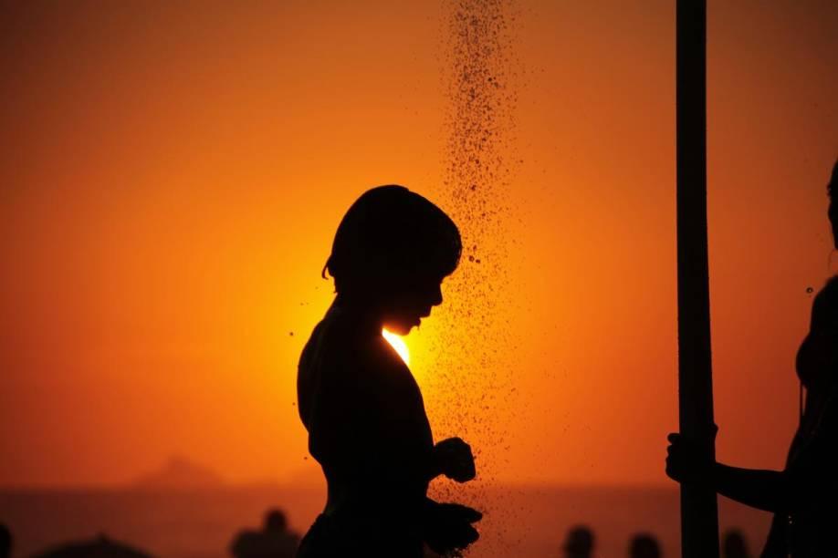 Menino se refresca em Ipanema, Rio de Janeiro