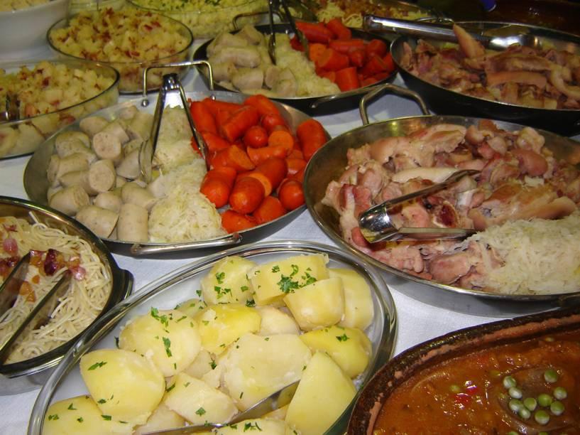 Buffet típico alemão, com salsichões, batatas, entre outros ingredientes