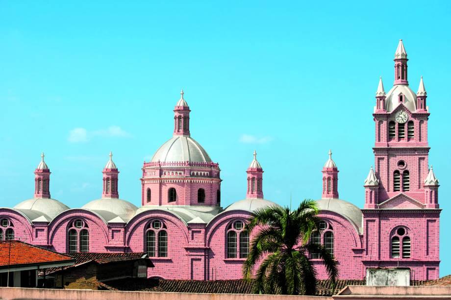 """<strong>Buga</strong>                Com pouco mais de 110 mil habitantes, a cidade de Buga impressiona os turistas com o cenário montanhoso, repleto de cachoeiras. Um de seus grandes atrativos, no entanto, tem caráter religioso: é a Basílica do Senhor dos Milagres (foto), uma de suas principais atrações                <em><a href=""""http://www.booking.com/city/co/buga-co.pt-br.html?aid=332455&label=viagemabril-cenarios-da-colombia"""" rel=""""Veja preços de hotéis em Buga no Booking.com"""" target=""""_blank"""">Veja preços de hotéis em Buga no Booking.com</a></em>"""