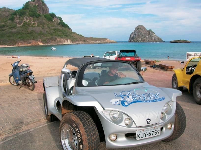 """<strong>Passeios de Buggy</strong>O veículo mais utilizado pelos turistas em Noronha é o buggy. É possível alugar o veículo, contratar o """"bugueiro"""" ou pagar a corrida do táxi/buggy. No seu primeiro dia na ilha, é altamente recomendável fazer o <a href=""""http://viajeaqui.abril.com.br/estabelecimentos/br-pe-fernando-de-noronha-atracao-ilhatur"""">Ilhatur</a>, passeio que dura o dia todo e passa rapidamente pelos principais pontos de Noronha - seja de buggy, Land Rover ou caminhonete. O tour termina no mirante do Boldró, onde geralmente é possível apreciar um belíssimo (sim, no superlativo) pôr de sol."""