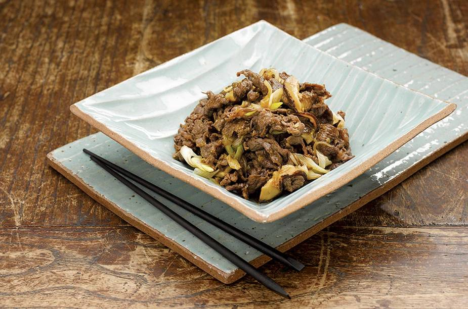 <strong>Bulgogi</strong>    O ingrediente principal são fatias finas de carne, marinadas com molho de soja e frutas grelhadas. O prato é agridoce, e costuma-se comer acompanhado de arroz ou fatias de pão