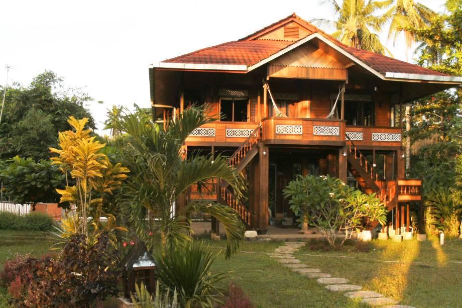 """<strong>1. Bunaken, Sulawesi Utara, <a href=""""http://viajeaqui.abril.com.br/paises/indonesia"""" rel=""""Indonésia"""">Indonésia</a></strong>            Para se hospedar de forma ecológica, o <a href=""""http://www.booking.com/hotel/id/bunaken-island-resort.pt-br.html?aid=332455&label=viagemabril-destinosmergulho"""" rel=""""Bunaken Island Dive Resort """" target=""""_blank"""">Bunaken Island Dive Resort</a>fica localizado na Liang Beach eoferece aos visitantes os tradicionais bangalôs com redes, vista para uma lagoa de água cristalina, além de uma diversidade de recifes de corais para serem explorados. O resort é uma boa oportunidade para conhecer também um pouco mais da cultura do país, experimentando comidas típicas tendo como pano de fundo nada menos do que belas paisagens tropicais pontuadas por praias de areia dourada            <a href=""""http://www.booking.com/city/id/bunaken.pt-br.html?aid=332455&label=viagemabril-destinosmergulho"""" rel=""""Reserve a sua hospedagem em Bunaken através do Booking.com"""" target=""""_blank""""><em>Reserve a sua hospedagem em Bunaken através do Booking.com</em></a>"""