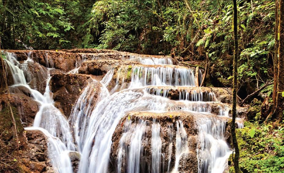"""A <strong>Buraco do Macaco</strong>, uma das muitas cachoeiras na região da <a href=""""https://www.bocadaonca.com.br/"""" target=""""_blank"""" rel=""""noopener""""><strong>Boca da Onça</strong></a>, em Bonito, Mato Grosso do Sul"""