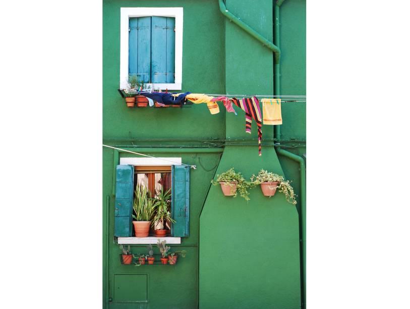 """<strong>Burano, <a href=""""http://viajeaqui.abril.com.br/paises/italia"""" rel=""""Itália"""" target=""""_blank"""">Itália</a></strong>                            E ainda têm cores fortes e vibrantes!"""