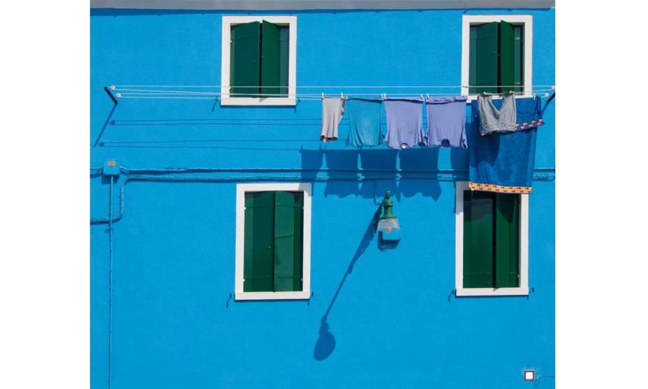 """<strong>Burano, <a href=""""http://viajeaqui.abril.com.br/paises/italia"""" rel=""""Itália"""" target=""""_blank"""">Itália</a></strong>                            Uma das características mais interessantes de Burano – e que a torna diferente de <a href=""""http://viajeaqui.abril.com.br/cidades/italia-veneza"""" rel=""""Veneza """" target=""""_blank"""">Veneza </a>– é a sua simplicidade. Algumas janelas daqui têm um caráter caseiro, de vida cotidiana, sem deixar de lado a beleza e a funcionalidade"""