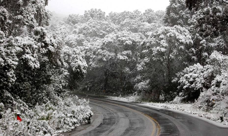 A neve cobre as ruas de São Joaquim (SC) durante o inverno