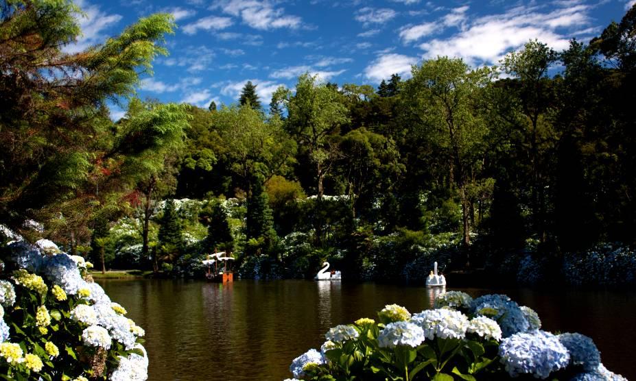 Com árvores trazidas da Floresta Negra, na Alemanha, o Lago Negro é um dos cartões-postais de Gramado
