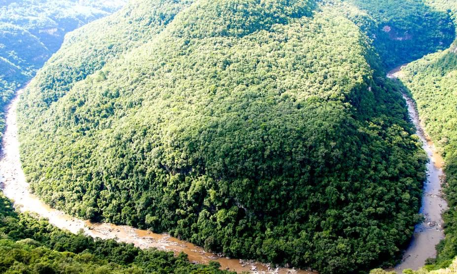 """<strong><a href=""""http://viajeaqui.abril.com.br/estabelecimentos/br-rs-canela-atracao-parque-da-ferradura"""" rel=""""Parque Ferradura, em Canela """" target=""""_self"""">Parque Ferradura, em Canela </a></strong>            O parque, localizado na vizinha ilustre de Gramado, possui trilhas fáceis e atrações deslumbrantes, como o cânion homônimo de 420 m de profundidade."""