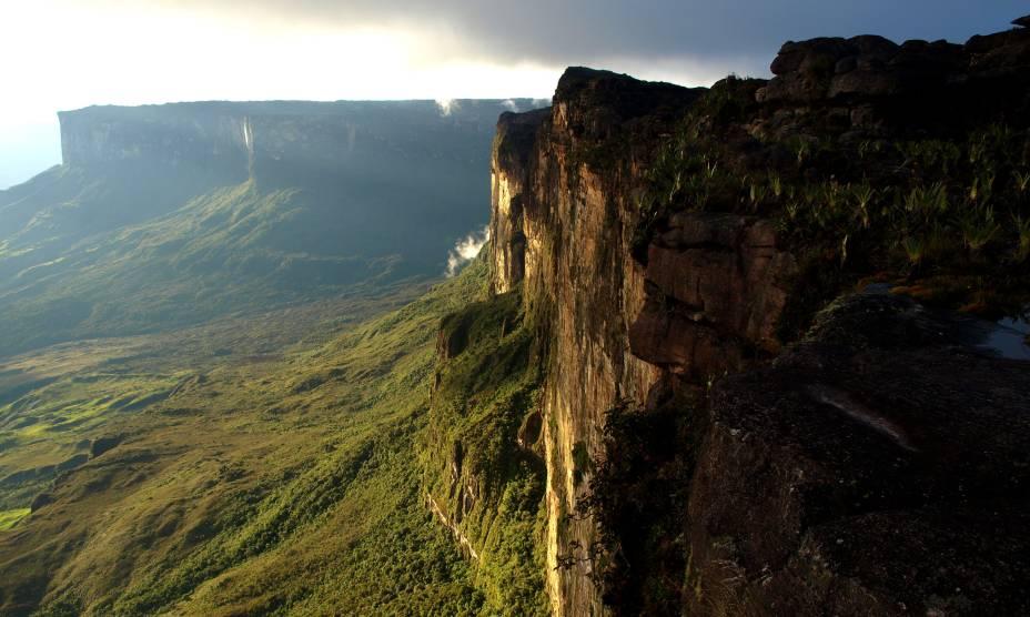 """Imponente, misterioso e que já inspirou diversas histórias. Assim é o <a href=""""http://viajeaqui.abril.com.br/estabelecimentos/br-rr-boa-vista-atracao-do-monte-roraima"""" rel=""""Monte Roraima"""" target=""""_self""""><strong>Monte Roraima</strong></a>, formado por enormes chapadas compostas por paredões de granito a uma impressionante altura de 2700 metros. Por aqui, os turistas gostam de se arriscar em atividades como <em>trekking</em>"""