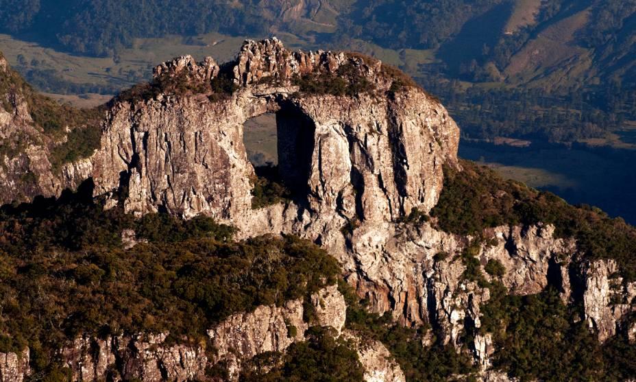 """Pertencente ao Parque Nacional de São Joaquim, localizado na charmosa cidade de <a href=""""http://viajeaqui.abril.com.br/cidades/br-sc-urubici"""" rel=""""Urubici"""" target=""""_self"""">Urubici</a> (SC), o <a href=""""http://viajeaqui.abril.com.br/estabelecimentos/br-sc-urubici-atracao-morro-da-igreja"""" rel=""""Morro da Igreja"""" target=""""_self"""">Morro da Igreja</a> é um dos grandes destinos para turistas em busca de aventura - e que não cansam de se encantar com o cenário da <strong>Pedra Furada</strong>"""