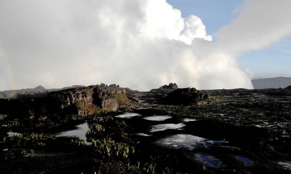 """<strong><a href=""""http://viajeaqui.abril.com.br/estabelecimentos/br-rr-boa-vista-atracao-do-monte-roraima"""" rel=""""21. Monte Roraima (RR)"""" target=""""_self"""">21. Monte Roraima (RR)</a></strong>                Com mais de 2700 metros de altura, a gigantesca chapada possui paredões íngremes de arenito – que remetem às formações rochosas de Utah, nos <a href=""""http://viajeaqui.abril.com.br/paises/estados-unidos"""" rel=""""Estados Unidos."""" target=""""_self"""">Estados Unidos</a>"""